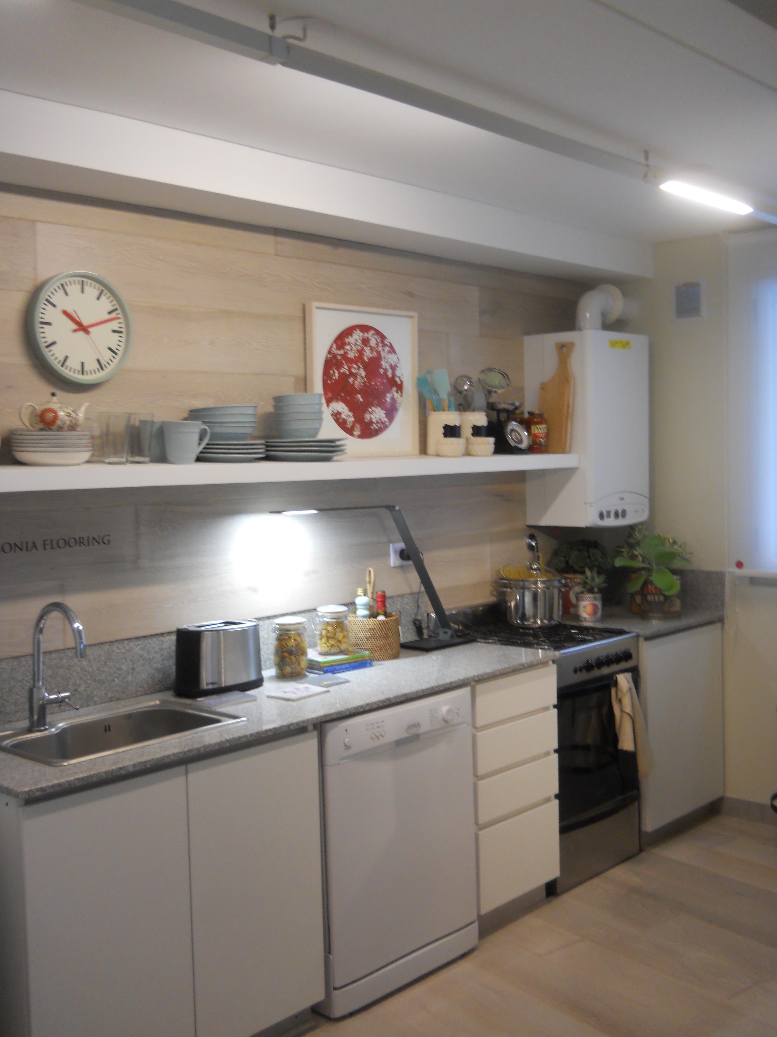 Iluminacion para cocina cocina moderna muy elegante con muebles e isla de color negro cocina - Iluminacion para cocinas modernas ...
